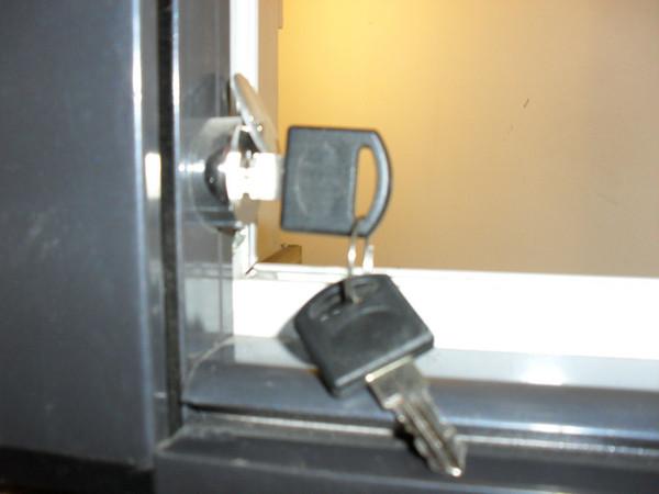 護欄紗窗左下方安全鑰匙鎖具圖
